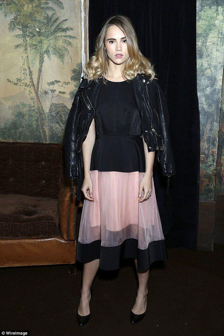 名模Suki Waterhouse以皮夾克搭粉嫩紗裙。圖/擷取自英國每日郵報