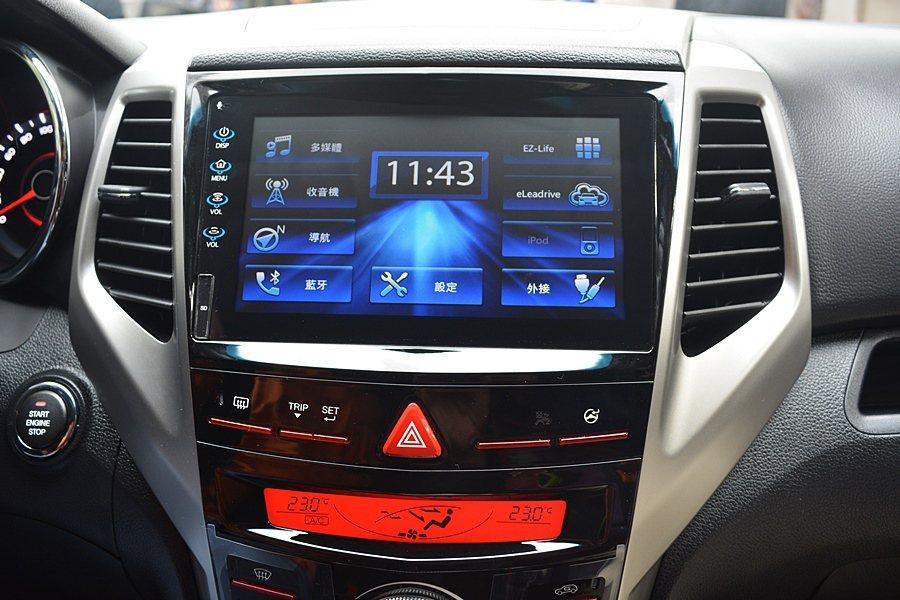 中控台螢幕為電容觸控式,內建中文導航與wIFI/藍牙/Dlna手機連結等完整的數...