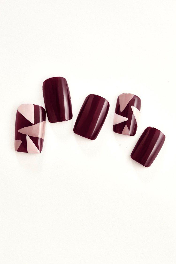 秋冬酒紅主打色加上幾何圖形,有特務的神秘風采。圖/Nails Inc.提供