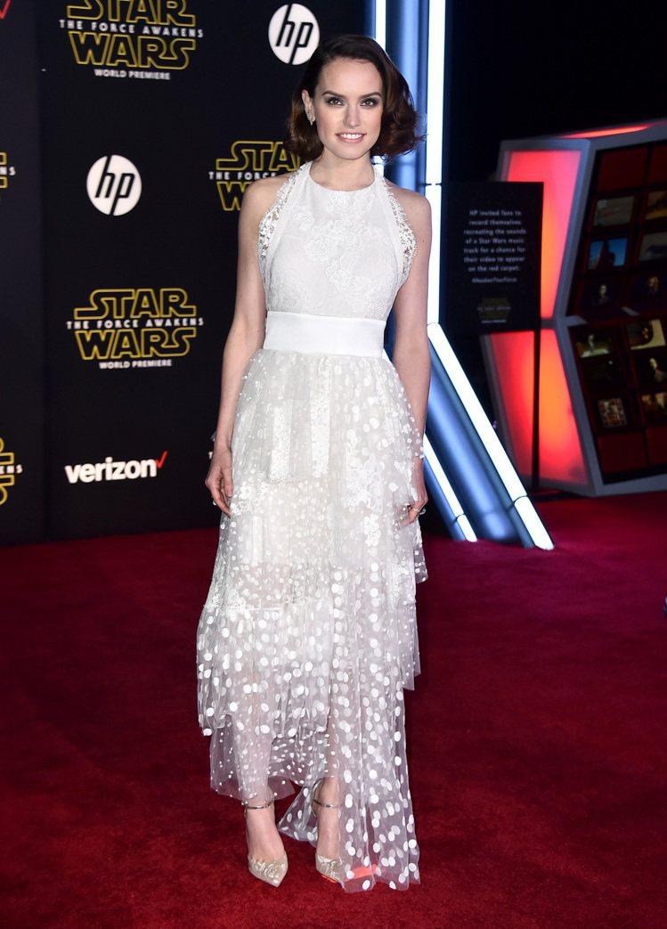 身穿Chloe白色洋裝的Daisy Ridley在《星際大戰:原力覺醒》中飾拾荒...