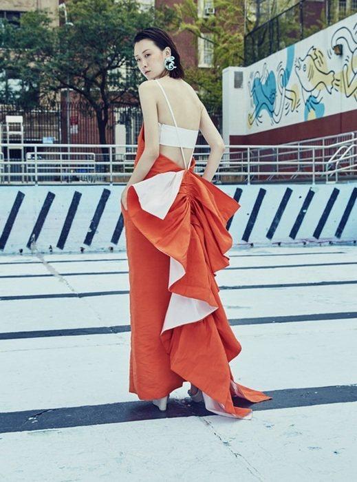 2014才推出第一個系列的美國設計師Rosie Assoulin,以及具存在感的...