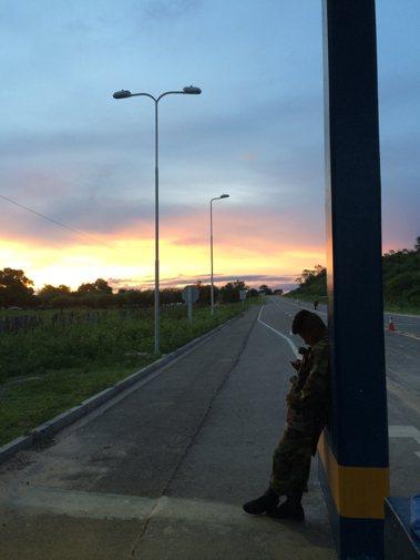 在玻利維亞與巴拉圭的邊境,只有戍守邊疆的軍人陪我們等便車。 圖/作者李易安提...