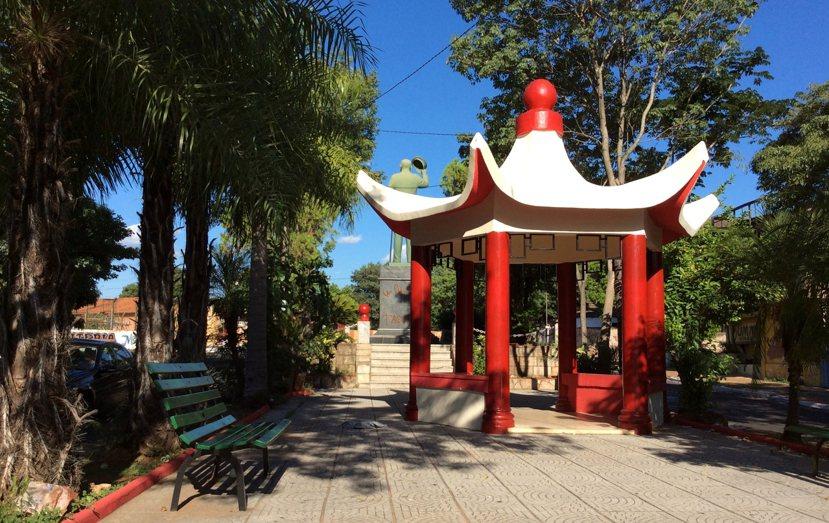 銅像後方,還有一系列「中式」的街道傢俱;巴拉圭人在中式涼亭裡納涼,大概是全巴拉圭...