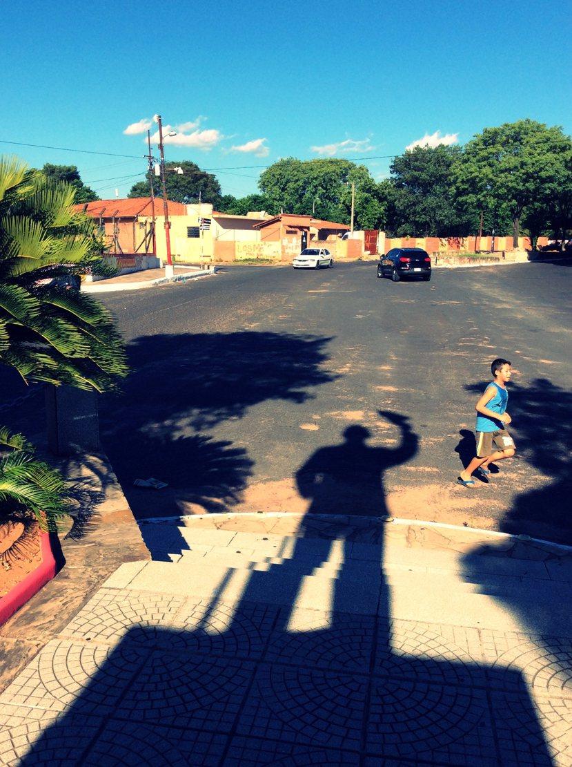 再普通不過的蔣公銅像,以及再普通不過的巴拉圭都市地景。 圖/作者李易安提供。