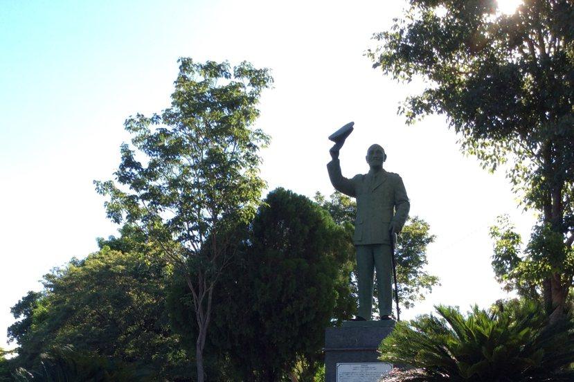 蔣介石大道的起點,這個所有台灣人都再熟悉不過的挺拔身影。 圖/作者李易安提供。