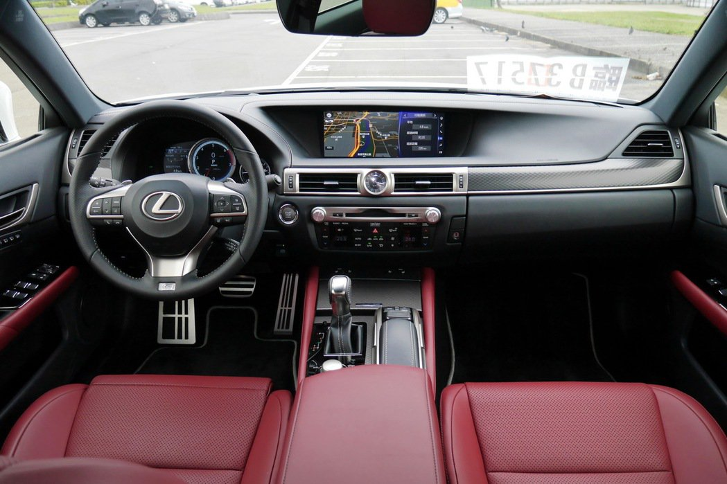 F SPORT車型以專屬配備讓外觀及內裝極具侵略性。 記者陳威任/攝影