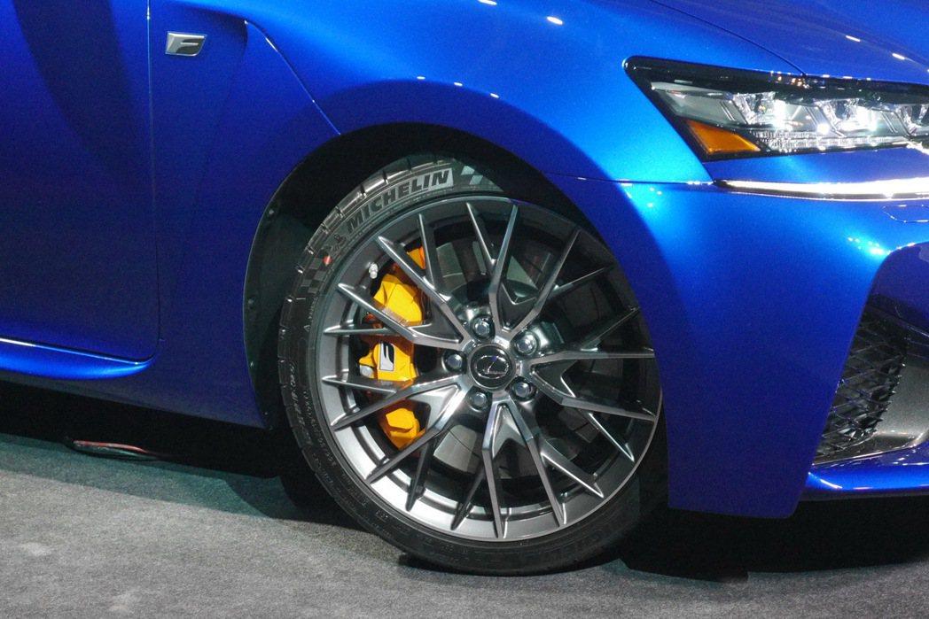 GS F採用Michelin Pilot Super Sport跑車胎,並搭載更...