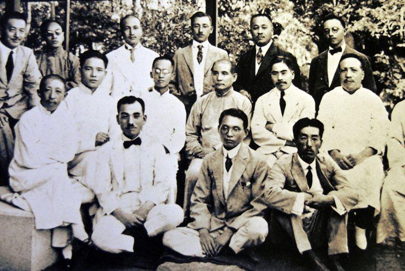 太田宇之助(前排中),生前是為《朝日新聞》的記者,曾駐中國特派,並且與當時立志推...