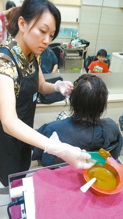 染髮前應留意染劑的成分標示。 報系資料照