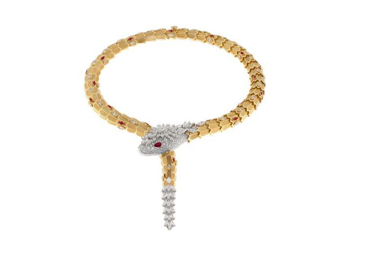 Serpenti頂級黃K金與鑽石項鍊,蛇眼鑲飾紅寶石。圖╱寶格麗提供