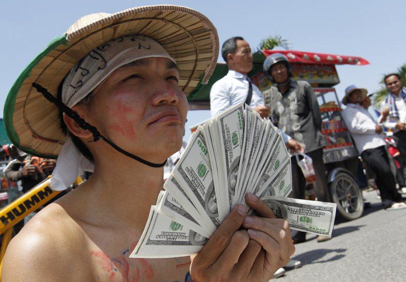 民眾抗議澳洲政府企圖用外包花錢了事的方法,與與柬埔寨政府協議送難民到東南亞。圖/...