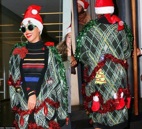 天后碧昂絲(Beyonce)日前在紐約參加一場時尚派對,雖然還有一個星期才到聖誕節,但她一身充滿聖誕味的裝扮讓人想不注意也難。當天她穿著橫條紋連身裙,搭配格子外套,還別出心裁的用紅綠色彩帶、迷你聖誕...