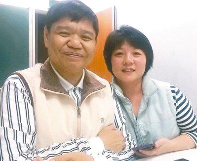 潘國斌(左)靠著太太等親人的支持與信仰,樂對病魔的考驗。 記者謝龍田/攝影
