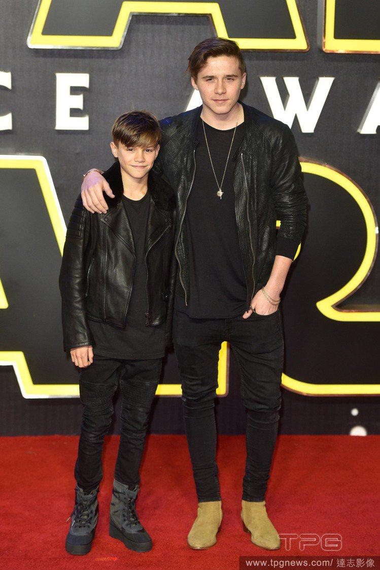 《星際大戰:原力覺醒》於倫敦舉行首映,貝克漢家派出兩位兒子站台。大兒子布魯克林和...