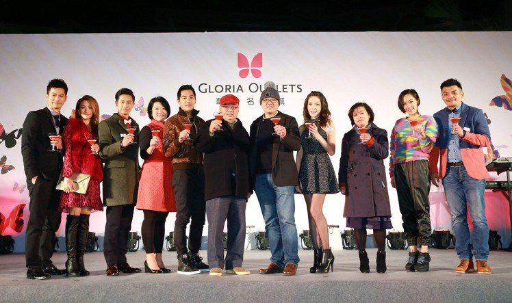 12月17日晚間華泰名品城邀請眾多藝人前來朝聖,和董事長陳天貴、執行長陳炯福、總...
