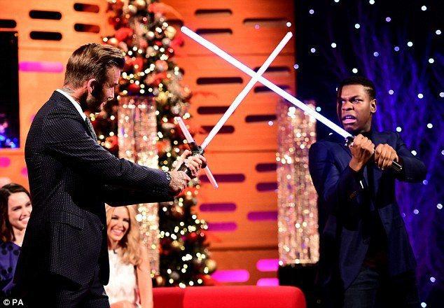 貝克漢在電視節目上跟約翰波義加(《星際大戰:原力覺醒》中飾演芬恩)用光劍對打。圖...