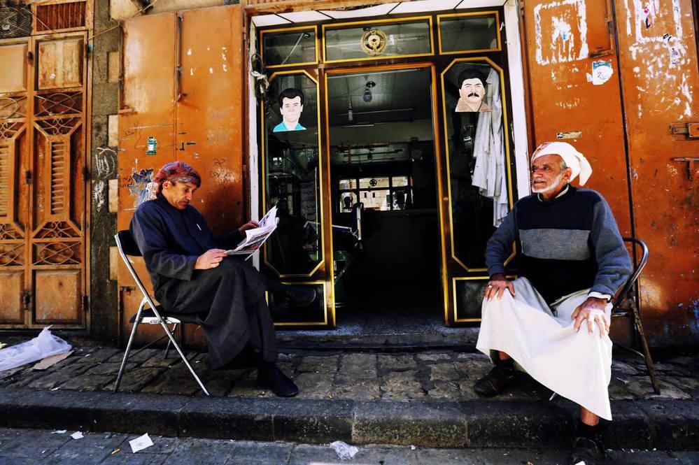 戰火之下,首都的長者居民與沙那難得的平靜。圖/歐新社