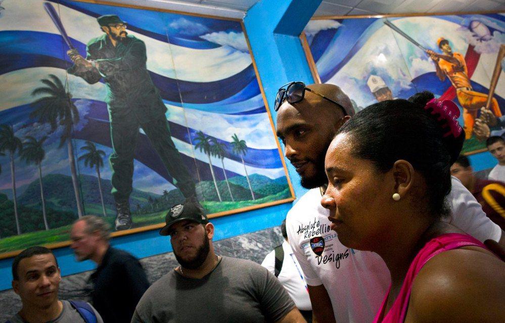 前芝加哥白襪的強棒游擊手艾力謝‧拉米雷茲參訪哈瓦那的棒球醫院,而牆上的肖像則是「...