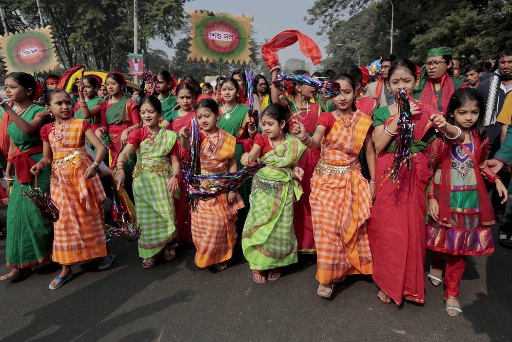身著紅綠二色的孟加拉孟加拉孩童。圖/美聯社