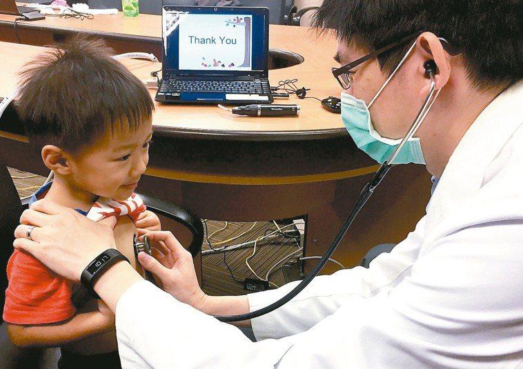 抗生素勿任意停藥,以免產生抗藥性。圖為醫師模擬替孩童看診。 記者江慧珺/攝影