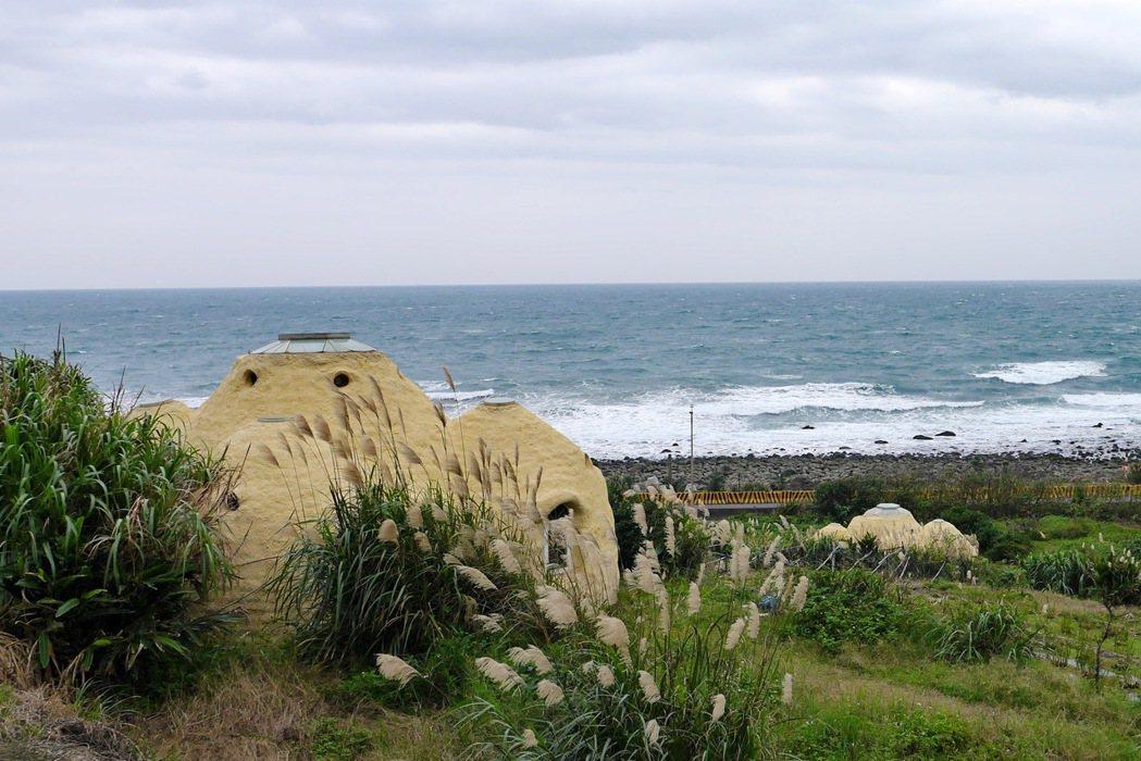 在跳石海岸對面坡地則有著兩棟醒目的鵝黃色建築,屋主取名為度咕屋。 記者陳威任/攝...