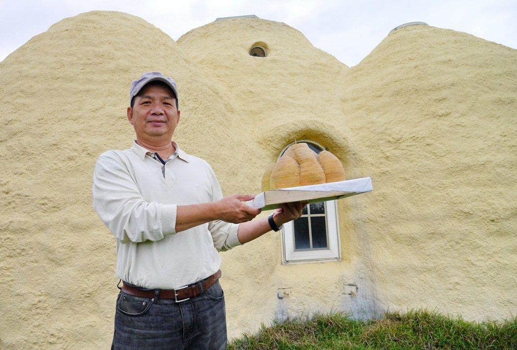 度咕屋的原創外型,是依照屋主何俊賢與女兒一起以珍珠版搭建的模型建造而成。 記者陳...