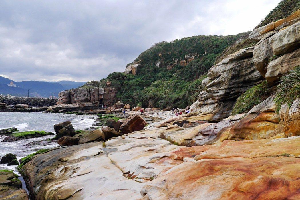 金山神秘海岸像是老天用自然色彩描繪的畫作。 記者陳威任/攝影