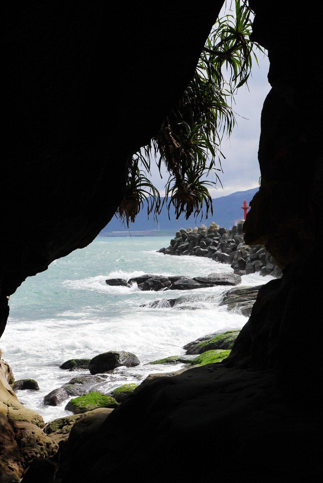 過一線天海蝕洞,即可看到神秘海岸。 記者陳威任/攝影