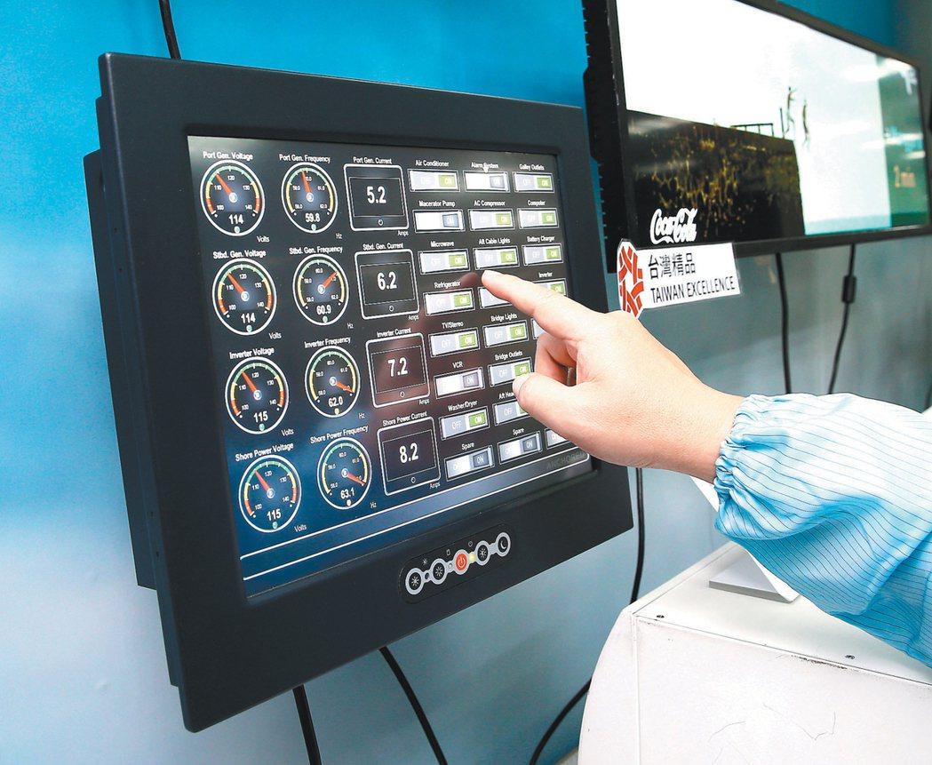 晶達光電生產航海用途的顯示器。 記者林澔一/攝影