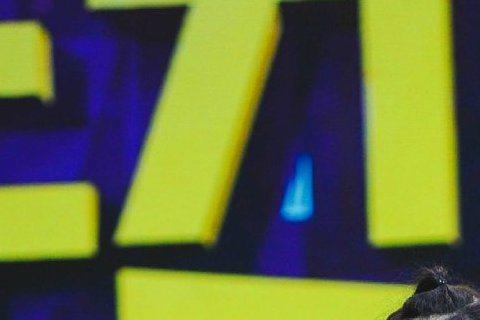 大陸藝人夫妻檔《跑男》鄧超、《後宮甄環傳》娘娘孫儷,兩人最近為了合體拍攝的新片《惡棍天使》在大陸各大節目宣傳,日前傳出了兩人上《快樂大本營》的短片,鄧超扮成喬裝出國深造的主持班底謝娜,打扮成自由女神...