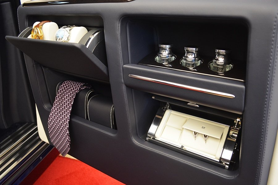 門側左右各有為男女主人設計規畫的收納格,左側有手表、袖釦、領帶等收納格,還有以碳...