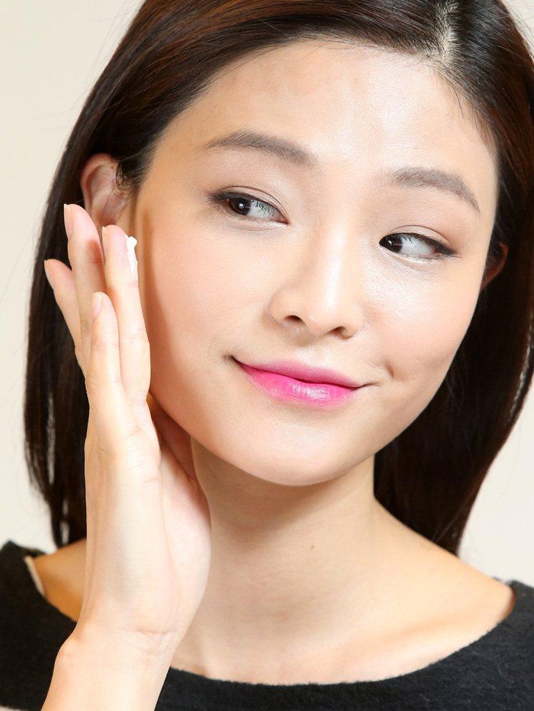 韓劇女主角金泰希的彩妝示範,步驟二。記者林澔一/攝影