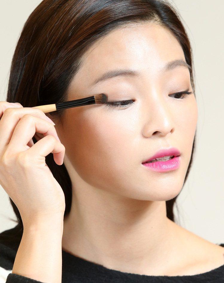 生活周報-韓劇女主角金泰希的彩妝示範,步驟三。記者林澔一/攝影