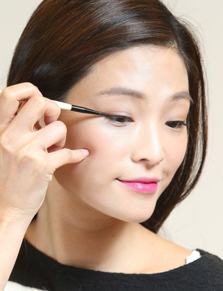 韓劇女主角金泰希的彩妝示範,步驟四。記者林澔一/攝影