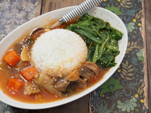 勾芡過的煲湯,做成燴飯,搭配點青菜,營養滿點。