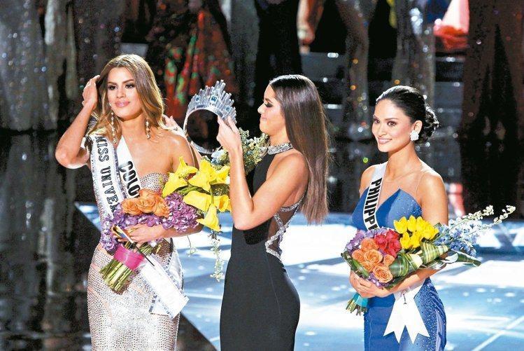 加拉維加斯的「環球小姐」決賽主持人搞烏龍,先宣布哥倫比亞小姐阿雷巴洛(左)贏得后...
