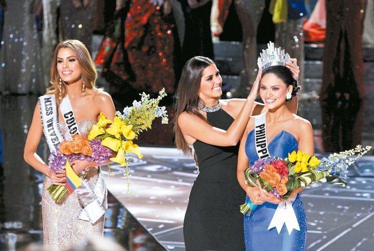 加拉維加斯的「環球小姐」決賽主持人搞烏龍,后冠從哥倫比亞小姐阿雷巴洛頭上摘下重新...