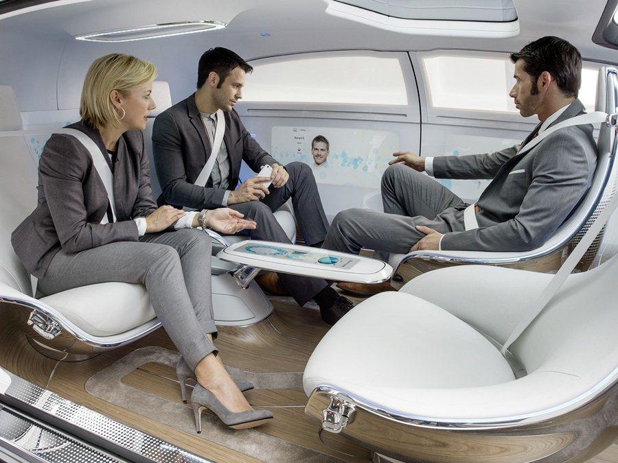 自動駕駛科技是本次世界新車大展一大亮點,賓士的F015自動駕駛汽車會自動開往目的...