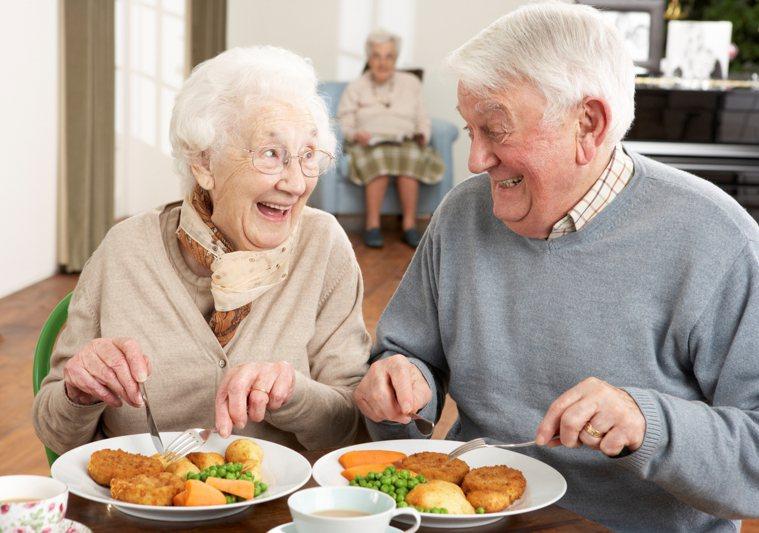 日本公共衛生及老年醫學權威新開省二指出,65歲以上高齡者若要預防老化,魚和肉都得...
