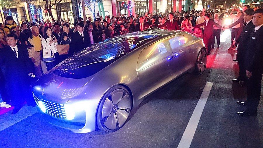12月22日賓士的自動駕駛概念車F015 Luxury in  Motion由台北市政府出發,繞行信義商圈。 記者趙惠群/攝影