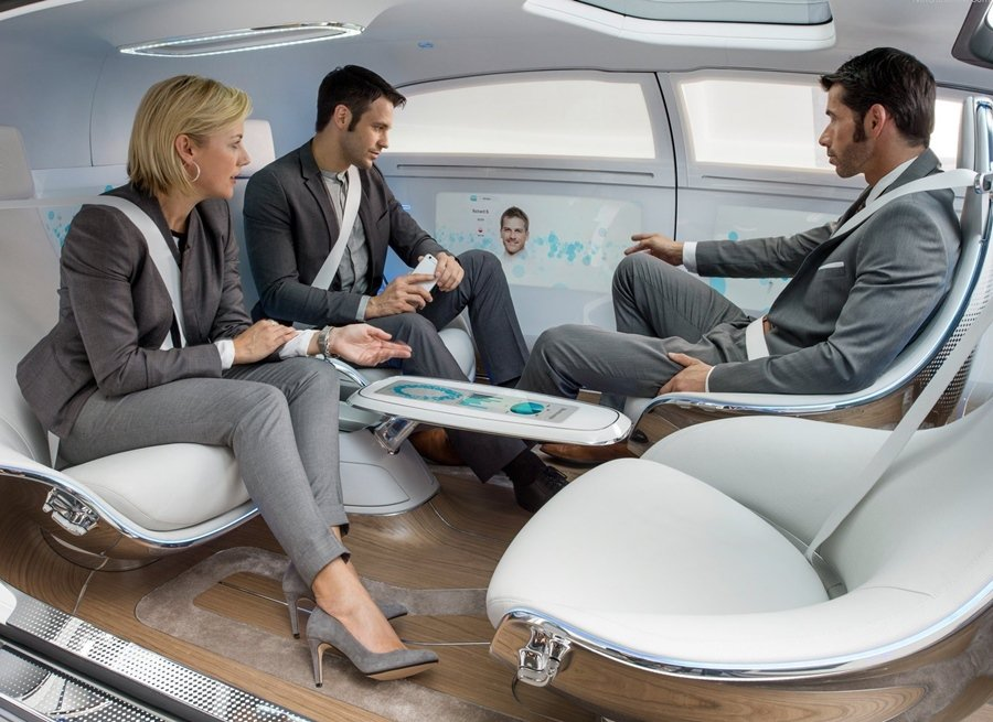 F015 Luxury in Motion四人座配置,前座可旋轉向後,和乘客交談,讓車子自動行駛。
