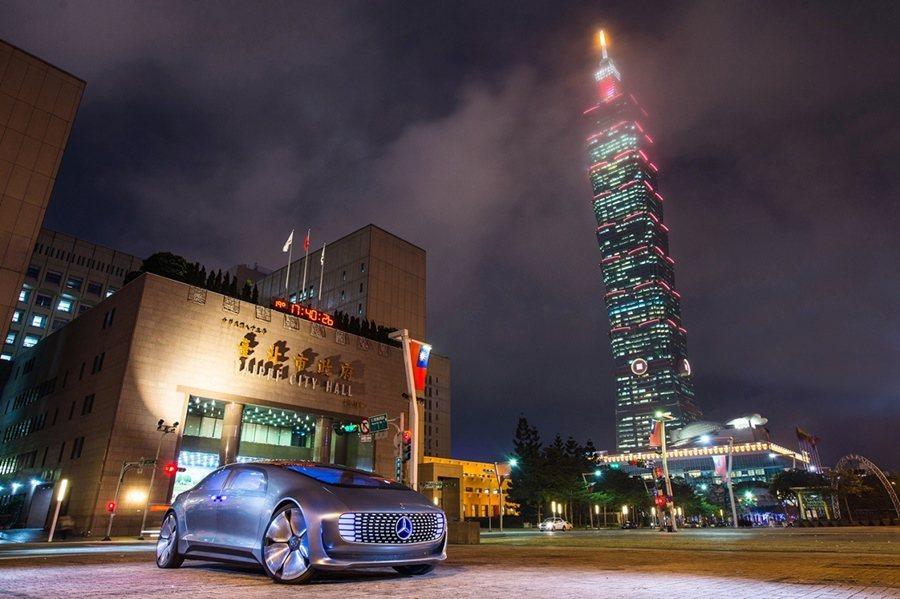 由台北府出發F015完成史上自動駕駛汽車台首航。
