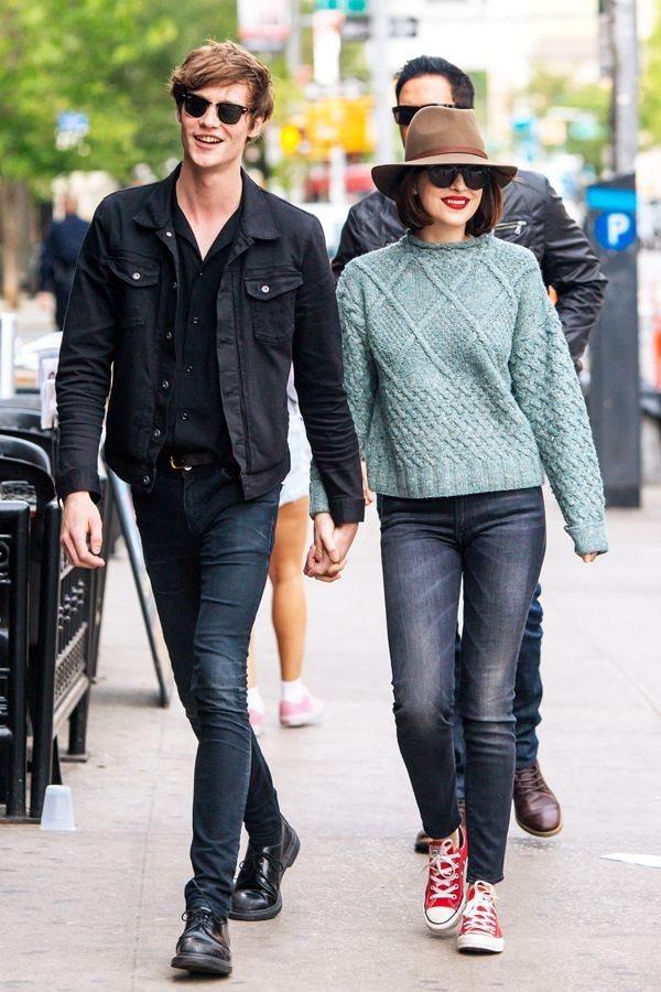 Dakota Johnson的水綠色毛衣搭配牛仔褲出街,展現出小清新的風格。圖文...