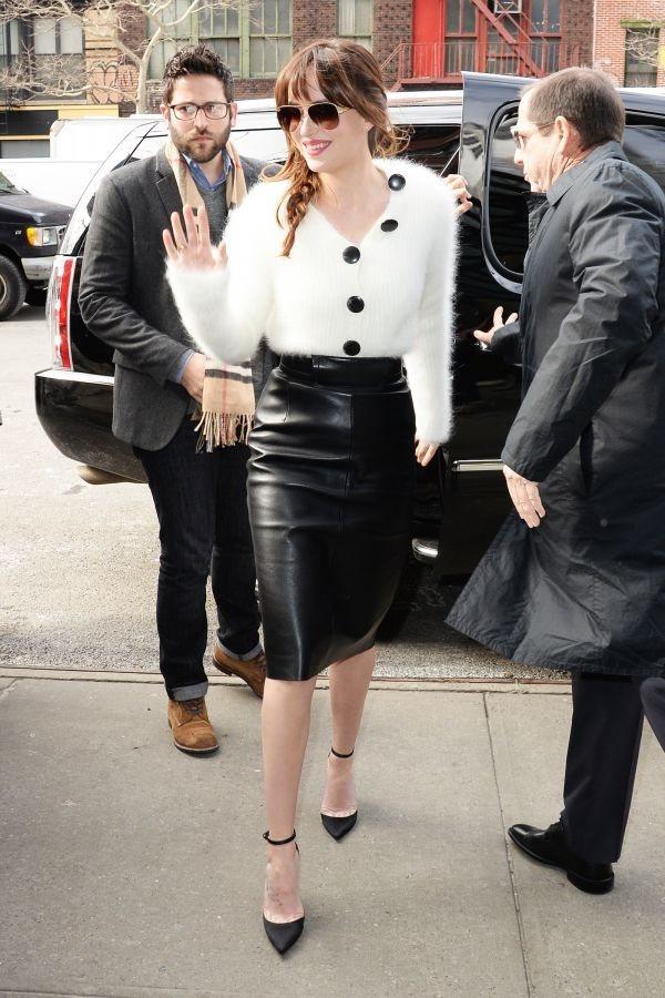 Dakota Johnson毛絨絨的兔毛毛衣與皮質鉛筆裙搭配,性感迷人。圖文:悅...