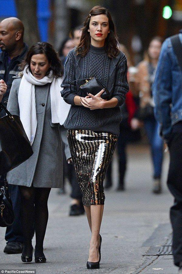 Alexa chuang金色和黑色的條紋裙在冬日十分搶眼,配上經典百搭的灰色毛衣...