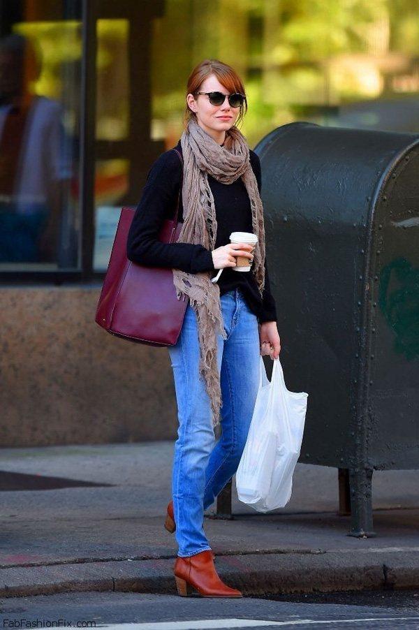 Emma stone出街一般選擇最簡單易搭的單品,暗色調的藏藍毛衣搭上一條波西米...