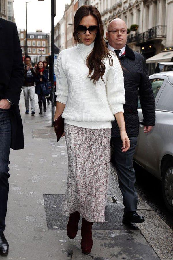 維多利亞貝克漢穿白色高領毛衣搭配駝色針織裙,既保暖又摩登。圖文:悅己網