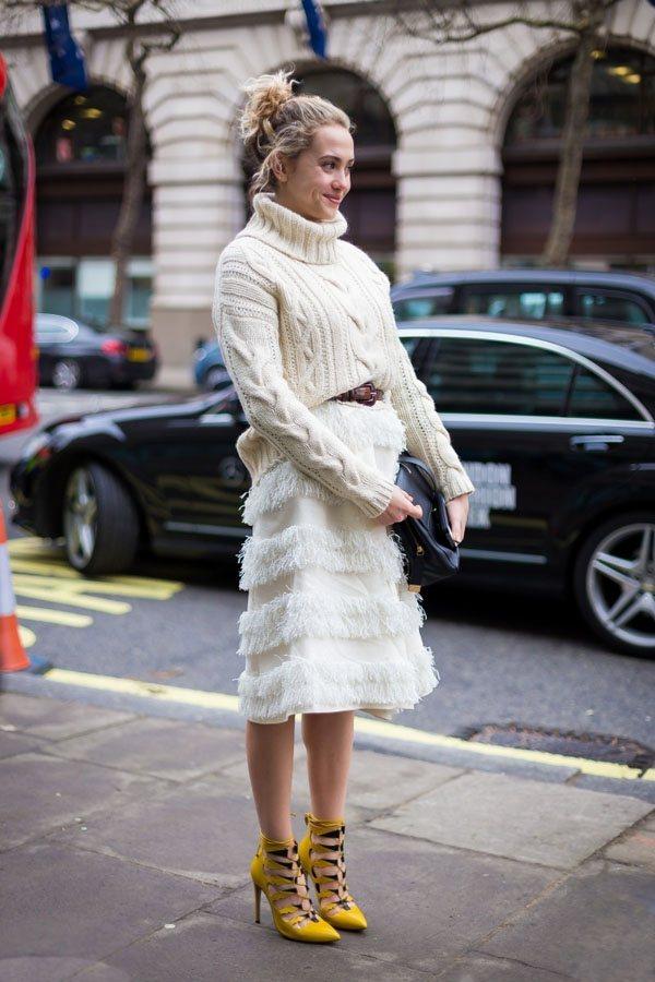 高領毛衣與毛毛鉛筆裙搭配亮黃色高跟街,既保暖又時尚。圖文:悅己網
