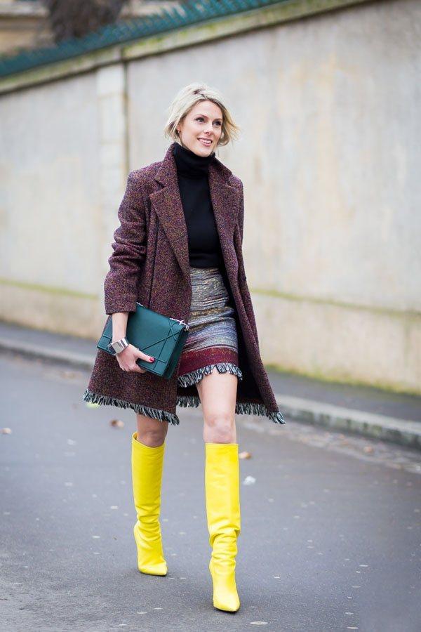 內搭毛衣裙與Dior外套的搭配十分雅致,亮黃色靴子是整體造型的一大亮點。圖文:悅...