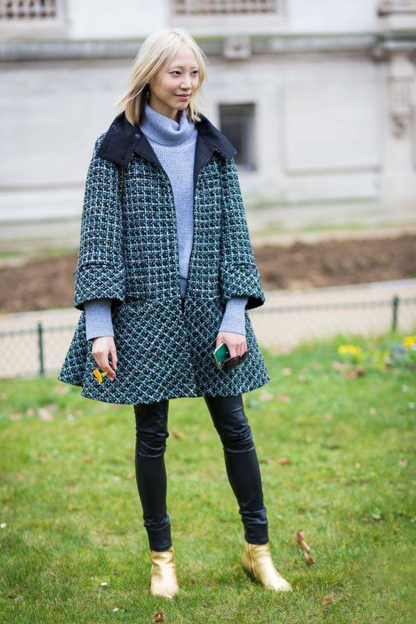 水藍色高領毛衣作為最流行的單品,被潮人們穿了遍,不過怎麽穿搭都特別搶眼。圖文:悅...